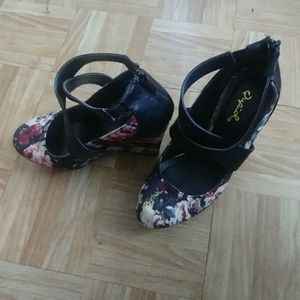 Like new floral wedges by Qupid
